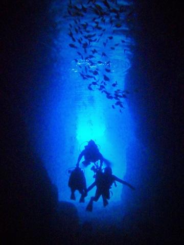 青の洞窟でダイビング