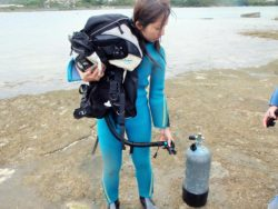 BCD]ジャケットの中から海水を抜く