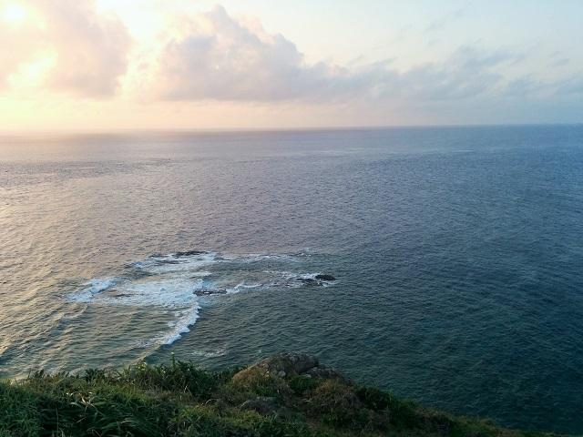 波が割れている向こうが西崎